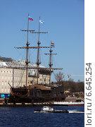 Парусник Летучий Голландец в Кронверском заливе (2011 год). Редакционное фото, фотограф Жанна Кедрова / Фотобанк Лори