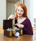 Купить «red-headed teenager girl looks jewelry», фото № 6645458, снято 12 января 2013 г. (c) Яков Филимонов / Фотобанк Лори