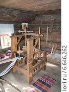Старинный ткацкий станок в крестьянском доме (2014 год). Редакционное фото, фотограф Борис Горбатенко / Фотобанк Лори