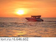 Скоростной катер на фоне заката. Стоковое фото, фотограф Попов Роман / Фотобанк Лори