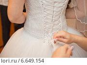 Зашнуровывание платья невесты. Стоковое фото, фотограф Алёна Замотаева / Фотобанк Лори