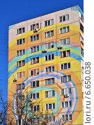 Купить «Фрагмент раскрашенного дома в городе Раменское, Московской области», эксклюзивное фото № 6650038, снято 29 октября 2014 г. (c) lana1501 / Фотобанк Лори
