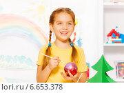 Купить «Девочка раскрашивает новогоднюю ёлочную игрушку», фото № 6653378, снято 26 октября 2014 г. (c) Сергей Новиков / Фотобанк Лори