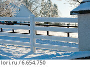 Купить «Белый заснеженный забор», фото № 6654750, снято 8 декабря 2010 г. (c) Татьяна Кахилл / Фотобанк Лори