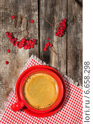 Купить «Кофе в красной чашке на дощатом фоне», фото № 6658298, снято 13 ноября 2014 г. (c) Наталья Осипова / Фотобанк Лори