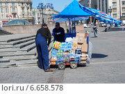 Купить «Приемка товара в торговой точке на Манежной площади в Москве», эксклюзивное фото № 6658578, снято 20 мая 2010 г. (c) lana1501 / Фотобанк Лори