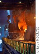 Ковш с жидким металлом на сталелитейном заводе. Стоковое фото, фотограф Iordache Carmen Anne Marie / Фотобанк Лори