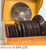 Купить «Коробка со старыми пластинками», фото № 6664230, снято 8 ноября 2014 г. (c) Владимир Макеев / Фотобанк Лори