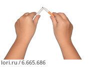 Здоровый образ жизни, руки ломают сигарету. Стоковое фото, фотограф Михаил Мащиц / Фотобанк Лори