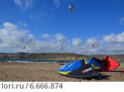 Купить «Крыло  на пляже Родоса . Кайтсерфинг в Прасониси.», фото № 6666874, снято 6 сентября 2014 г. (c) Колчева Ольга / Фотобанк Лори