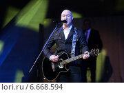 Купить «Денис Майданов на сцене», эксклюзивное фото № 6668594, снято 10 ноября 2014 г. (c) Татьяна Белова / Фотобанк Лори