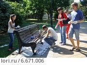Купить «Субботник в парке: студенты красят лавочку», эксклюзивное фото № 6671006, снято 25 августа 2012 г. (c) Анна Мартынова / Фотобанк Лори