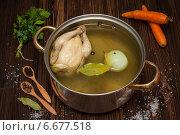 Куриный бульон с овощами и специями в кастрюле. Стоковое фото, фотограф Лариса Дерий / Фотобанк Лори