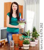 Купить «girl working with viola flowers», фото № 6679262, снято 7 июля 2020 г. (c) Яков Филимонов / Фотобанк Лори