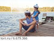 Брат и сестра в морской одежде смотрят вдаль на озере. Стоковое фото, фотограф Оксана Лычева / Фотобанк Лори