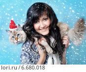 Купить «Девушка с котом в колпаке Санты», фото № 6680018, снято 6 января 2014 г. (c) ElenArt / Фотобанк Лори
