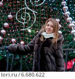 Портрет девушки в шубке у новогодней ёлки на площади. Стоковое фото, фотограф Наталья Двухимённая / Фотобанк Лори