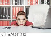Деловая женщина испугалась и прячется под столом. Стоковое фото, фотограф Darkbird77 / Фотобанк Лори