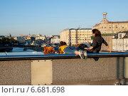 Купить «Две молодых девушки отдыхают на Патриаршем мосту», фото № 6681698, снято 7 сентября 2014 г. (c) Татьяна Кахилл / Фотобанк Лори