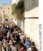 Купить «Толпа паломников молится у Стены Плача в Иерусалиме, Израиль», фото № 6687378, снято 9 октября 2012 г. (c) Ирина Борсученко / Фотобанк Лори