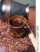Кофейные зерна, чашка и кофейник. Стоковое фото, фотограф Яна Королёва / Фотобанк Лори
