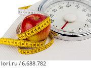 apple lying on a balance. Стоковое фото, фотограф Erwin Wodicka / Фотобанк Лори
