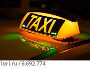 Купить «Светящееся в ночи табло TAXI на крыше такси», фото № 6692774, снято 20 ноября 2014 г. (c) Родион Власов / Фотобанк Лори