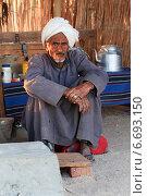 Пожилой мужчина-араб, бедуин, сидит в шалаше. Египет. (2014 год). Редакционное фото, фотограф Марина Зубрицкая / Фотобанк Лори