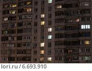 Купить «Окна жилого дома вечером», эксклюзивное фото № 6693910, снято 11 ноября 2014 г. (c) Константин Косов / Фотобанк Лори