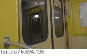 Купить «Метро. Двери», видеоролик № 6694106, снято 14 сентября 2014 г. (c) Звездочка ясная / Фотобанк Лори