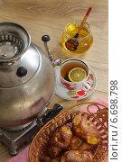 Натюрморт с круглым самоваром и ароматным свежим чаем. Мед и аппетитное печенье. Стоковое фото, фотограф Марина Володько / Фотобанк Лори