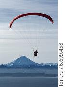 Купить «Полет на параплане над водой на фоне Вилючинского вулкана. Камчатка», фото № 6699458, снято 21 ноября 2014 г. (c) А. А. Пирагис / Фотобанк Лори