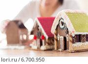 Купить «close up of woman making gingerbread houses», фото № 6700950, снято 30 октября 2014 г. (c) Syda Productions / Фотобанк Лори