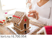 Купить «close up of woman making gingerbread houses», фото № 6700954, снято 30 октября 2014 г. (c) Syda Productions / Фотобанк Лори