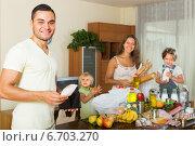 Купить «Family of four with bags of food», фото № 6703270, снято 17 июля 2018 г. (c) Яков Филимонов / Фотобанк Лори