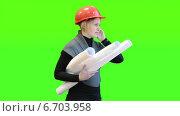 Купить «Женщина инженер с чертежами разговаривает по телефону на фоне зелёного экрана», видеоролик № 6703958, снято 22 ноября 2014 г. (c) Кекяляйнен Андрей / Фотобанк Лори