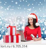 Купить «smiling woman with gifts, laptop and credit card», фото № 6705314, снято 20 октября 2013 г. (c) Syda Productions / Фотобанк Лори