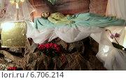 Купить «Пасха. Иисус лежит в гробе Господнем», видеоролик № 6706214, снято 24 ноября 2014 г. (c) Виталий Зверев / Фотобанк Лори