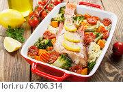 Купить «Рыба, запеченная с овощами и лимоном», фото № 6706314, снято 24 ноября 2014 г. (c) Надежда Мишкова / Фотобанк Лори