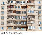 Окна и балконы многоквартирного жилого дома, эксклюзивное фото № 6707026, снято 23 ноября 2014 г. (c) Константин Косов / Фотобанк Лори
