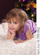 Купить «Симпатичная девочка у новогодней елки», фото № 6709062, снято 14 января 2014 г. (c) Останина Екатерина / Фотобанк Лори