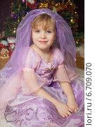 Купить «Симпатичная девочка у новогодней елки», фото № 6709070, снято 23 января 2014 г. (c) Останина Екатерина / Фотобанк Лори