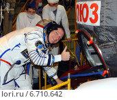 Купить «Терри Виртс, бортинженер НАСА (Terry Virts) показывает большой палец перед входом в космический корабль Союз ТМА-15М, 12 ноября 2014 г., Байконур, Казахстан», фото № 6710642, снято 12 ноября 2014 г. (c) Victor Spacewalker / Фотобанк Лори
