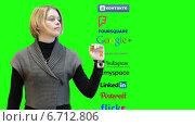 Купить «Девушка листает пиктограммы с социальными сетями, выбирает Facebook. Зеленый хромакей», видеоролик № 6712806, снято 25 ноября 2014 г. (c) Кекяляйнен Андрей / Фотобанк Лори