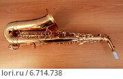 Купить «Саксофон на столе», фото № 6714738, снято 25 ноября 2014 г. (c) Гузель Гарипова / Фотобанк Лори