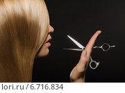Купить «Девушка с длинными прямыми волосами держит парикмахерские ножницы», фото № 6716834, снято 11 сентября 2014 г. (c) Заметалов Андрей / Фотобанк Лори