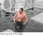 Купить «Здоровый образ жизни. Купание в реке, в проруби зимой. Религиозный христианский праздник Крещение Господне.», фото № 6717566, снято 19 января 2013 г. (c) Несинов Олег / Фотобанк Лори