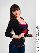 Девушка затягивает кофточку узлом (2013 год). Редакционное фото, фотограф Захар Дудников / Фотобанк Лори