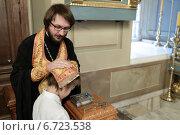 Купить «Москва, священник исповедует мальчика. Новодевичий монастырь», эксклюзивное фото № 6723538, снято 16 ноября 2014 г. (c) Дмитрий Неумоин / Фотобанк Лори