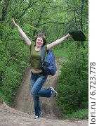 Купить «Девушка на лесной дороге», фото № 6723778, снято 10 мая 2014 г. (c) Yanchenko / Фотобанк Лори